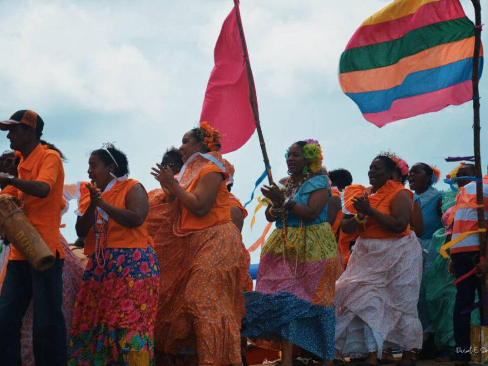 Delegación en desfile del Festival de las Mil Polleras