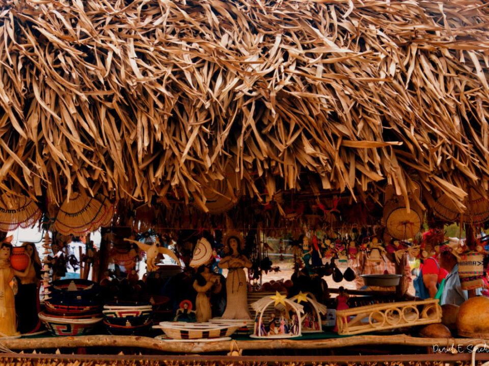 Rancho de venta de productos en la Feria de la Naranja en Churuquita