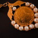 Moneda con corona - Joyas de la pollera
