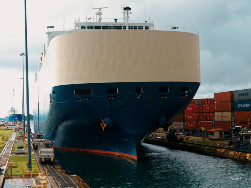 Paso de barco por las Esclusas de Gatún
